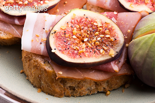 Sandwich with prosciutto, fig and olive oil