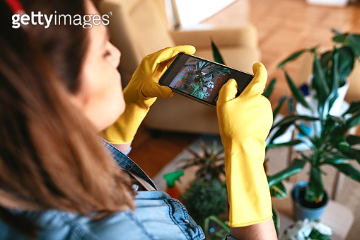 Woman taking photos of her plants and share them on social networks