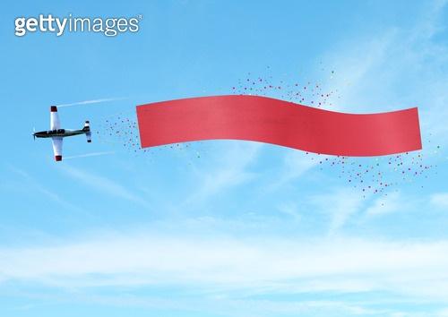 하늘 속 비행기