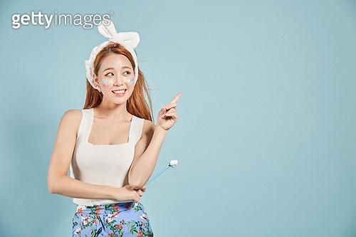 한국인, 여성, 호기심, 상상력 (컨셉), 숙고 (컨셉), 손짓, 가리킴, 미소, 대만족 (컨셉)
