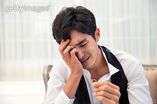 한국인, 신랑, 결혼 (사건), 헤어짐 (사랑의어려움), 슬픔, 눈물, 반지