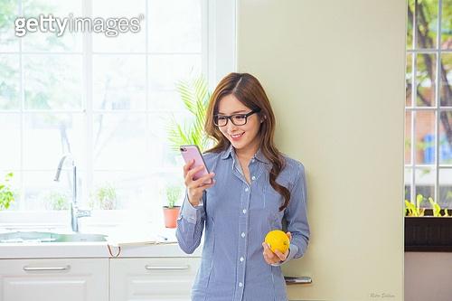 한국인, 여성, 부엌 (방), 취미, 싱글라이프 (주제), 스마트폰, 인터넷서핑 (격언), 푸드스타일리스트