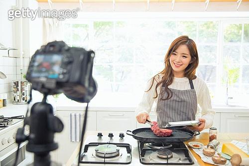 한국인, 여성, 부엌, 요리하기, 쇠고기 (붉은고기), 로스트 (요리), 요리사, 푸드스타일리스트, 미소, 카메라, 촬영, 1인미디어