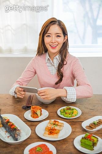 한국인, 여성, 식사, 한국음식 (아시아음식), 밥 (음식), 반찬, 상차림 (움직이는활동), 혼밥, 미소