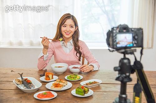 한국인, 여성, 식사, 한국음식 (아시아음식), 밥 (음식), 반찬, 상차림 (움직이는활동), 혼밥, 미소, 1인미디어, 이터테이먼트