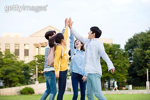 한국인, 대학생, 하이파이브, 캠퍼스 (대학교), 대만족 (컨셉), 미소