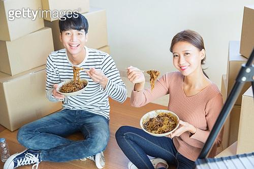 한국인, 부부, 커플, 신혼부부 (부부), 이사, 미소, 상자 (용기), 자장면 (면)