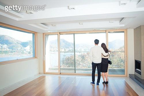 한국인, 부부, 커플, 부동산, 주택 (주거건물), 판매 (상업활동), 자산관리, 거실, 포옹, 뒷모습, 기대 (컨셉)