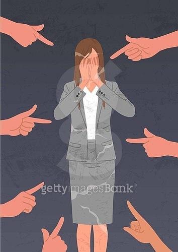 비즈니스, 네거티브이미지, 어두운표정 (감정), 스트레스 (컨셉), 성희롱, 비즈니스우먼, 사람손 (주요신체부분), 포인팅 (손짓)