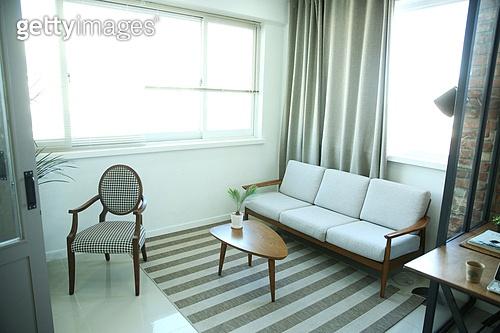 창문 (인조물건), 거실, 소파 (좌석),인테리어,가구,카펫,의자,테이블