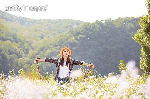 한국인, 여성, 하이킹 (아웃도어), 여행, 아웃도어 (레크리에이션), 여유로운주말 (레저활동), 걷기, 등산지팡이, 팔벌리기 (제스처), 햇빛, 미소, 자유 (컨셉), 바람 (자연현상)