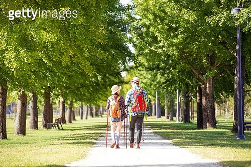 한국인, 여성, 남성, 커플 (인간관계), 하이킹 (아웃도어), 걷기, 산책길 (보행로), 휴식, 여유로운주말 (레저활동), 뒷모습, 대화