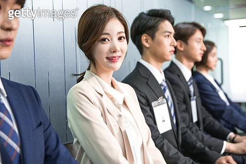 한국인, 구직 (실업), 취업면접, 채용 (고용문제), 기다림, 대기실 (공공건물), 여성, 일렬 (배열), 자신감 (컨셉), 미소