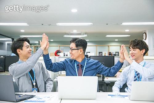 한국인, 남성, 청년 (성인), 중년 (성인), 재취업, 구직 (실업), 사무실 (업무현장), 직업, 비즈니스, 미소, 팀워크 (협력), 동료 (역할), 하이파이브