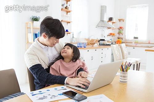 한국인, 아버지, 딸, 육아, 육아대디 (아버지), 재택근무 (비즈니스), 밝은표정, 애정 (밝은표정), 포옹, 미소