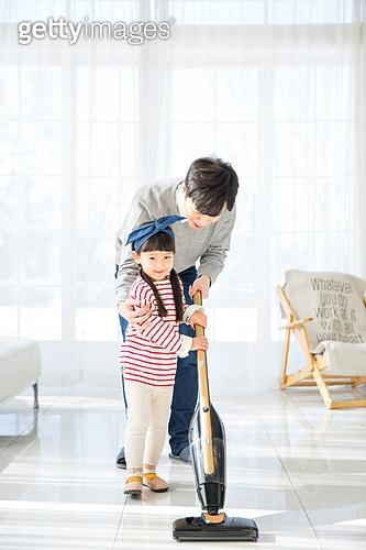아버지 (부모), 딸, 대청소 (환경보호), 거실, 미소, 행복, 진공청소기 (클리닝도구)