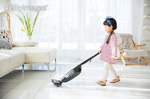 어린이 (인간의나이), 거실, 소파, 앉기 (몸의 자세), 진공청소기 (클리닝도구), 대청소 (환경보호)