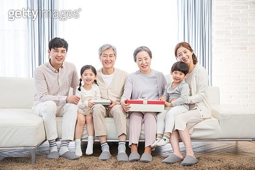 한국인, 가족, 어버이날 (홀리데이), 대가족 (가족), 선물 (인조물건), 가정의달 (홀리데이), 함께함 (컨셉), 미소
