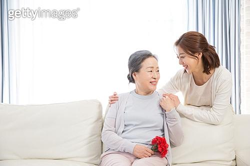 한국인, 가족, 가정의달 (홀리데이), 어버이날 (홀리데이), 카네이션 (패랭이꽃), 어머니 (부모), 딸, 미소, 손잡기