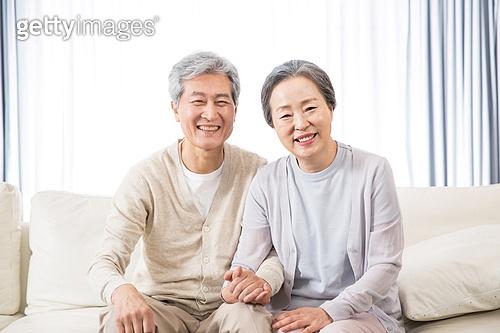 한국인, 노인, 부부, 노인커플 (이성커플), 애정 (밝은표정), 미소, 밝은표정, 손잡기