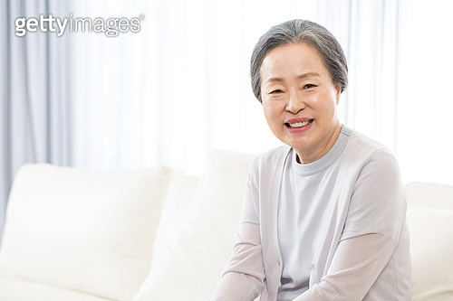 한국인, 노인, 한명 (사람의수), 집 (주거건물), 거실, 앉기 (몸의 자세), 미소