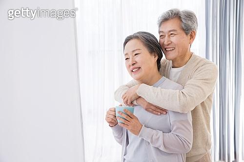 한국인, 노인, 부부, 노인커플 (이성커플), 행복, 애정 (밝은표정), 미소, 포옹 (홀딩), 휴식, 백허그
