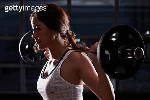 한국인, 여성, 웨이트트레이닝 (근육강화운동), 헬스클럽 (레저시설), 역기, 들어올리기 (물리적활동), 어두운색채 (색상강도)