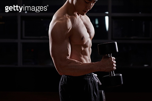 한국인, 남성 (성별), 근육질 (사람체격), 웨이트트레이닝 (근육강화운동), 아령 (웨이트), 힘