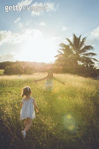 사이판, 들판 (경작지), 햇빛 (빛효과), 엄마, 딸, 감성, 팔벌리기, 달리는 (물리적활동)