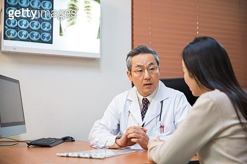 한국인, 남성, 의사, 중년 (성인), 진찰 (의료행위), 진료실 (클리닉), 설명