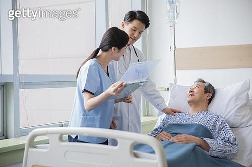병원, 병실, 의사, 환자, 진찰 (의료행위), 손잡기, 위로, 미소