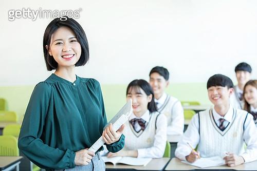 학교생활, 교복 (유니폼), 고등학생, 공부 (움직이는활동), 교사 (교육직), 수업중 (교육), 가르치는 (움직이는활동)