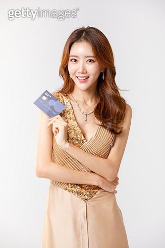 여성, 한국인, 누끼, 흰색배경 (흰색), 드레스, 아름다움 (주제), 미녀, 아름다운사람, 신용카드, 신용카드결제 (신용카드), 구매, 쇼핑 (상업활동)