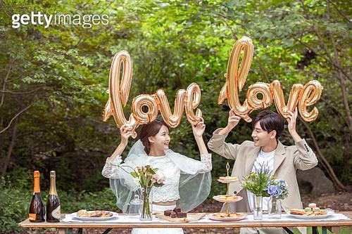 결혼 (사건), 스몰웨딩, 정원, 결혼식, 신랑, 신부 (결혼식역할), 풍선, I Love You (짧은문구), 마주보기 (위치묘사)
