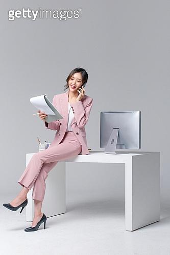 비즈니스, 여성, 20-29세 (청년), 비즈니스우먼, 사무실 (업무현장), 도시생활, 누끼, 한국인, 경영자 (책임자), 휴대폰, 통화중 (움직이는활동), 휴대폰 (전화기), 바쁨