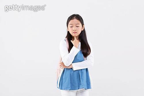 초등학생, 어린이 (인간의나이), 등하교 (움직이는활동), 교육 (주제), 공부 (움직이는활동), 학원, 한명, 걱정 (어두운표정), 스트레스, 불안 (컨셉), 우울, 숙고 (컨셉), 생각하는 (정지활동)
