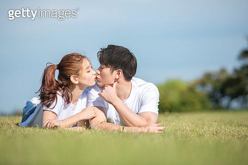 커플 (인간관계), 데이트, 감성, 이성커플 (커플), 한국인, 동양인 (인종), 로맨스 (컨셉), 이성커플, 로맨틱, 키스 (입사용), 스킨십 (밝은표정)