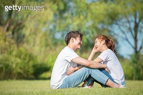 커플 (인간관계), 데이트, 감성, 이성커플 (커플), 한국인, 동양인 (인종), 로맨스 (컨셉), 이성커플, 마주보기, 스킨십 (밝은표정), 행복, 기쁨 (컨셉), 로맨틱 (움직이는활동)