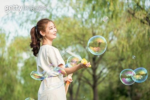 한국인, 즐거움 (컨셉), 행복 (컨셉), 플레이 (움직이는활동), 비누방울장난감 (장난감), 20-29세 (청년), 청년여자 (성인여자), 여성 (성별), 로맨틱 (움직이는활동), 순수, 장난치기 (감정), 자유