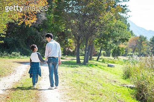 아빠, 아들, 여유로운주말 (레저활동), 육아대디 (아빠), 함께함, 잔디밭, 뒷모습, 손잡기 (홀딩), 걷기 (물리적활동), 마주보기 (위치묘사)
