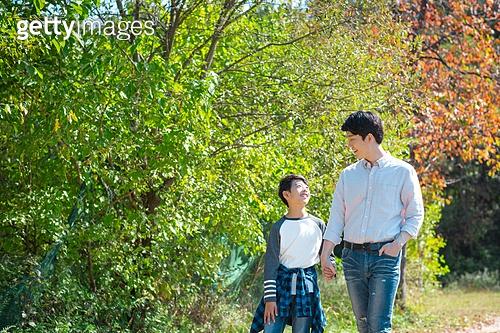 아빠, 아들, 여유로운주말 (레저활동), 육아대디 (아빠), 함께함, 잔디밭, 손잡기 (홀딩), 걷기 (물리적활동), 산책길 (보행로), 대화 (말하기), 마주보기 (위치묘사)
