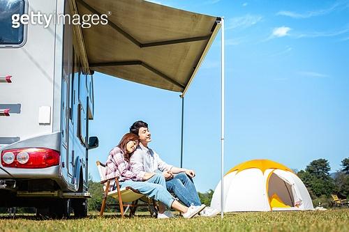 커플, 캠핑, 캠핑트레일러 (트레일러), 휴식, 차양 (건축특징), 손잡기 (홀딩), 기댐 (정지활동)