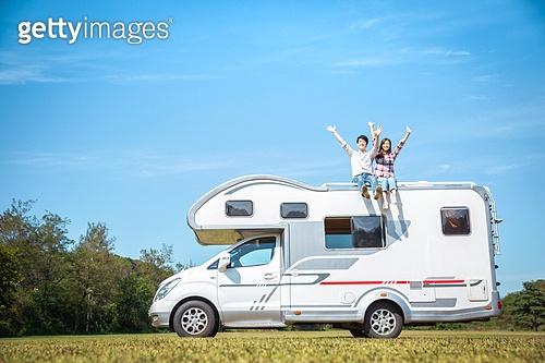 캠핑, 캠핑트레일러 (트레일러), 윗부분 (부분), 앉기 (몸의 자세), 미소, 커플, 즐거움, 만세, 손들기