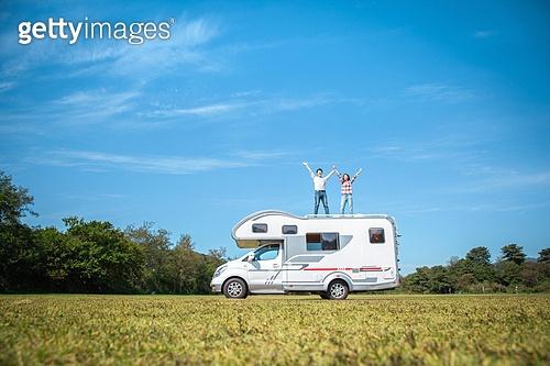캠핑, 캠핑트레일러 (트레일러), 미소, 커플, 즐거움, 만세, 손들기