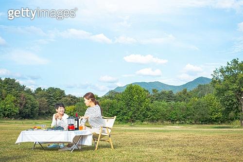 엄마, 아들, 여유로운주말 (레저활동), 캠핑 (아웃도어), 테이블, 앉기 (몸의 자세), 대화, 미소