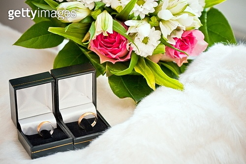 wedding rings in the boxes