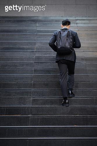남성, 비즈니스, 계단, 올라가기 (움직이는활동), 걱정 (어두운표정)