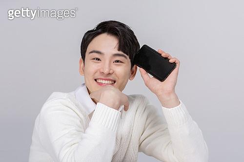 한국인, 동양인 (인종), 모바일결제 (금융아이템), 휴대폰, 모바일쇼핑 (전자상거래), 스마트폰, 흰색배경, 누끼