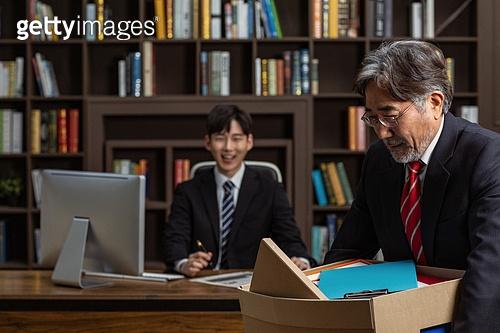 남성, 경영자 (책임자), 사무실, 턱괴기 (만지기), 손모으기 (제스처), 해고