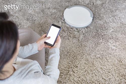 거실, 중년여자 (성인여자), 전업아내 (고정관념), 로봇청소기 (진공청소기), 무선기술 (기술), 스마트폰, 블루투스